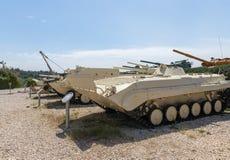 Les véhicules blindés militaires se trouvent sur le chantier commémoratif près du musée blindé de corps dans Latrun, Israël photos stock