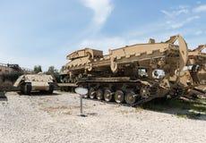 Les véhicules d'ingénierie se trouvent sur le chantier commémoratif près du musée blindé de corps dans Latrun, Israël photo stock