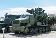 Les véhicules d'ingénierie se trouvent sur le chantier commémoratif près du musée blindé de corps dans Latrun, Israël images stock