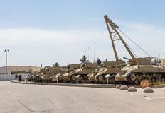 Les véhicules d'ingénierie se trouvent sur le chantier commémoratif près du musée blindé de corps dans Latrun, Israël image libre de droits