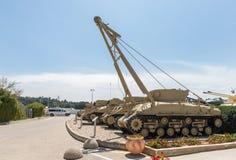 Les véhicules d'ingénierie se trouvent sur le chantier commémoratif près du musée blindé de corps dans Latrun, Israël images libres de droits