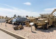 Les véhicules d'ingénierie se trouvent sur le chantier commémoratif près du musée blindé de corps dans Latrun, Israël photos libres de droits