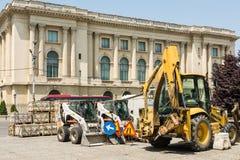 Les véhicules de construction changent le design la vieille rue Photographie stock