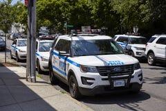 Les véhicules de NYPD se sont garés par une rue sur Staten Island images stock