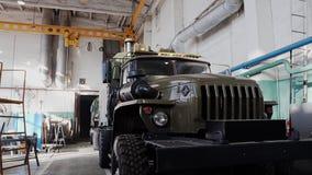 Les véhicules militaires sont dans l'atelier de réparations Panorama de l'usine banque de vidéos