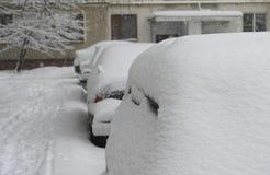 les véhicules ont couvert la neige Images stock