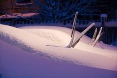 les véhicules ont couvert la neige Photographie stock libre de droits