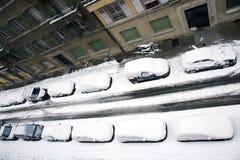Les véhicules ont neigé dessous photos stock