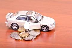 Les véhicules ont plu à torrents à l'extérieur les pièces de monnaie Photo stock