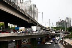 Les véhicules publics et privés attendent dans la ligne aux routes encombrées par trafic et aux survols photographie stock