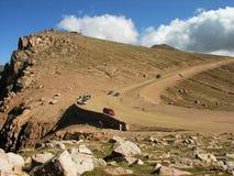 Les véhicules s'approchent du sommet de la crête de brochets. Photo stock