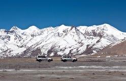 Les véhicules va sur le chemin de montagne en préfecture de Ngari, Thibet occidental images stock