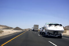 Les véhicules vont sur la route Images stock