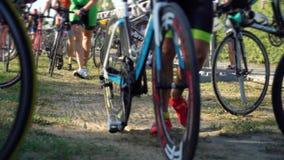 Les vélos de prise des hommes à l'ironman de distance de triathlon de début emballant la concurrence banque de vidéos
