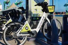 Les vélos motorisés rapides se sont ajoutés aux locations publiques de LA photographie stock