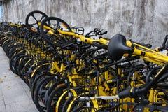 Les vélos partagés ont mis de côté roa Photos stock