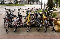 Les vélos se sont tout garés au centre de la ville Photo stock