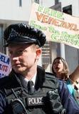 Les Vénézuéliens protestent en dehors de l'ambassade de leur pays à Londres Photographie stock libre de droits