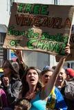 Les Vénézuéliens protestent en dehors de l'ambassade de leur pays à Londres Images libres de droits