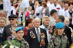 Les vétérans étendent des fleurs chez Victory Monument pendant la célébration de Victory Day Images libres de droits