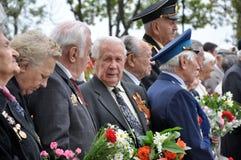Les vétérans étendent des fleurs chez Victory Monument pendant la célébration de Victory Day Photos stock