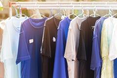 Les vêtements accrochent sur le rail en acier pour pour sécher après lavage photo libre de droits
