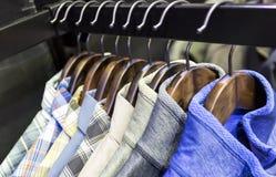 Les vêtements accrochent sur une étagère dans un magasin de vêtements de haute couture à Melbourne, Australie Photo stock
