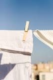 Les vêtements blancs ont traîné pour sécher dans le soleil chaud lumineux photos libres de droits