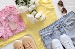 Les vêtements de mode, les chaussures et les accessoires des femmes blancs et beiges Photographie stock