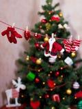Les vêtements de Santa sur la corde à linge Images stock