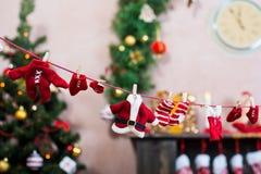 Les vêtements de Santa sur la corde à linge Photographie stock libre de droits