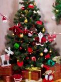 Les vêtements de Santa sur la corde à linge Photos stock