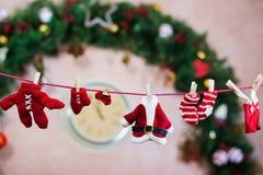 Les vêtements de Santa sur la corde à linge Image stock
