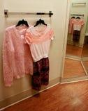 Les vêtements des femmes dans le vestiaire Image stock