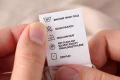 Les vêtements marquent avec des instructions de nettoyage Photographie stock libre de droits