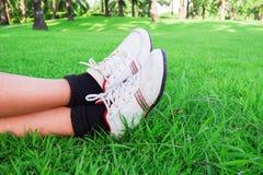 Les vêtements pour hommes folâtrent la chaussure de course sur le vert d'herbe photos libres de droits