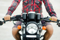 Les vêtements pour hommes une chemise de plaid rouge, conduisent une moto de vintage Photos stock