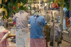 Les vêtements quotidiens accroche dessus dans le magasin de marque Style urbain d'usage dans la boutique pendant le temps de vent Images libres de droits