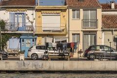 Les vêtements traînent pour sécher le long du canal dans des Frances de Sete Photo libre de droits