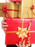 Les vacances aiment le concept de bonheur - fille avec des boîte-cadeau Photo stock