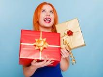Les vacances aiment le concept de bonheur - fille avec des boîte-cadeau photo libre de droits