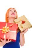 Les vacances aiment le concept de bonheur - fille avec des boîte-cadeau photos libres de droits