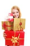 Les vacances aiment le concept de bonheur - fille avec des boîte-cadeau Image stock