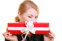 Les vacances aiment le concept de bonheur - fille avec le boîte-cadeau Photographie stock libre de droits