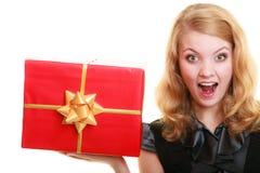 Les vacances aiment le concept de bonheur - fille avec le boîte-cadeau Photos stock