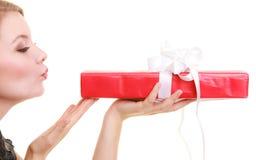 Les vacances aiment le concept de bonheur - fille avec le boîte-cadeau Images stock