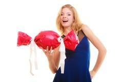 Les vacances aiment le concept de bonheur - fille avec le cadeau rouge photographie stock libre de droits
