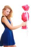 Les vacances aiment le concept de bonheur - fille avec le cadeau rouge image stock