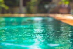 Les vacances d'été ont brouillé le fond avec la piscine avec de l'eau turquoise Images libres de droits
