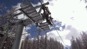 Les vacances d'hiver voyagent dans la forêt neigeuse sur le télésiège banque de vidéos